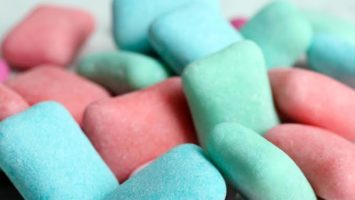 Chewing gum, l'un des produits alimentaires contenant le dioxyde de titane