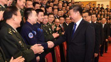 Xi jinping saluant des membres du parti communiste chinois