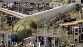 Un gros porteur en constructeur dans l'usine d'Airbus