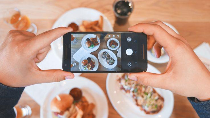 Un influenceur prenant une photo d''un repas
