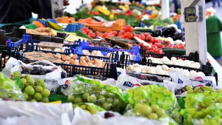 Des produits sur un étal au marché.