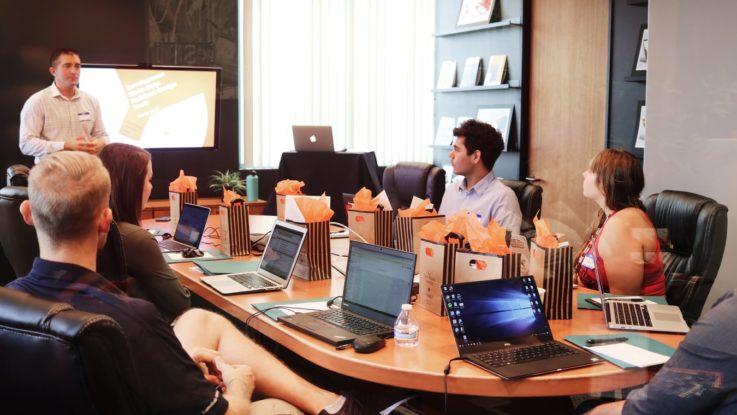 Des employés d'une start-up assistant à une formation.