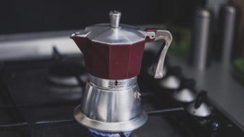 Préparation du café sur une cuisinière.