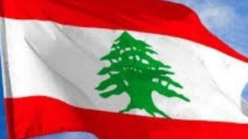 Drapeau du Liban dans un ciel bleu.
