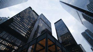 Des immeubles dans un ciel bleu.